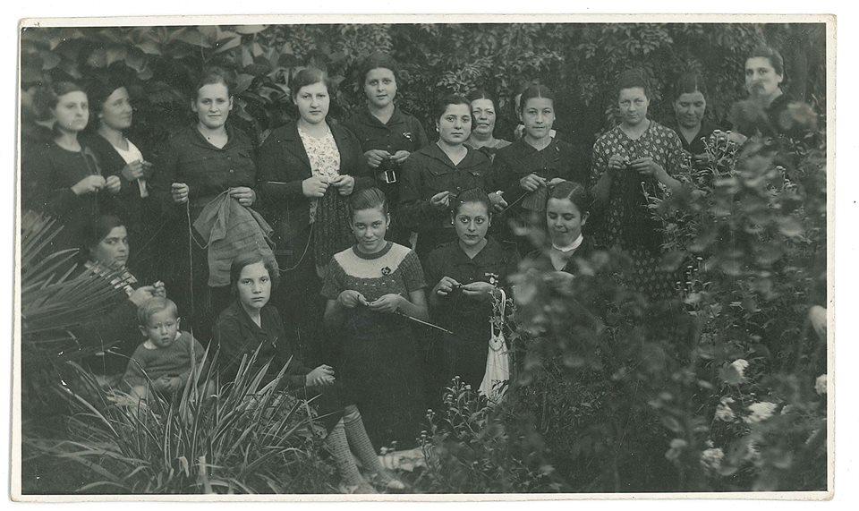 """Aprox.1938. A """"sección femenina"""" de Palas de Rei, vestidas de camisa azul, calcetan para os soldados """"nacionais"""" . Aportación de JMdeCB"""