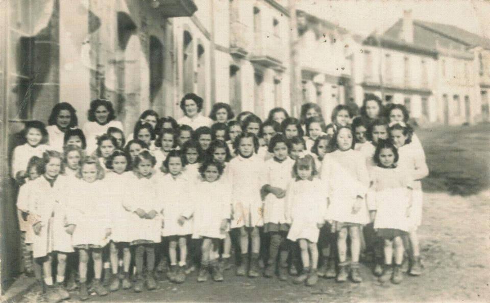 Anos 40. Escola unitaria de nenas en Palas de Rei. A maestra era Ánxela García Ouro. O mestre dos nenos era o seu home, Antón Murado Pérez. Aportación de JMdeCB