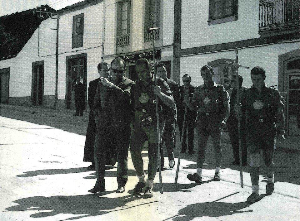 Aprox. ano 1965. O alcalde Alberto Fabar con un grupo de peregrinos. Fonte: Revista Palacio do Rei nº 4