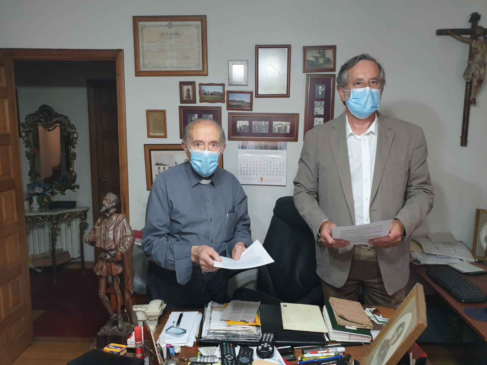 Carlos Méndez e Francisco Pardo asinando o documento de doazón das coleccións museísticas ao IEU e ao concello de Monterroso