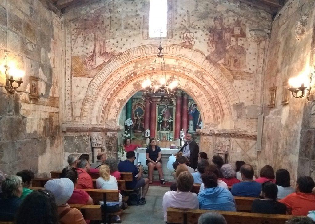 María José Gómez Alvite e Francisco de Romualdo na Igrexa románica de San Miguel de Coence, Camiño Santo, Instituto de Estudos Ulloáns